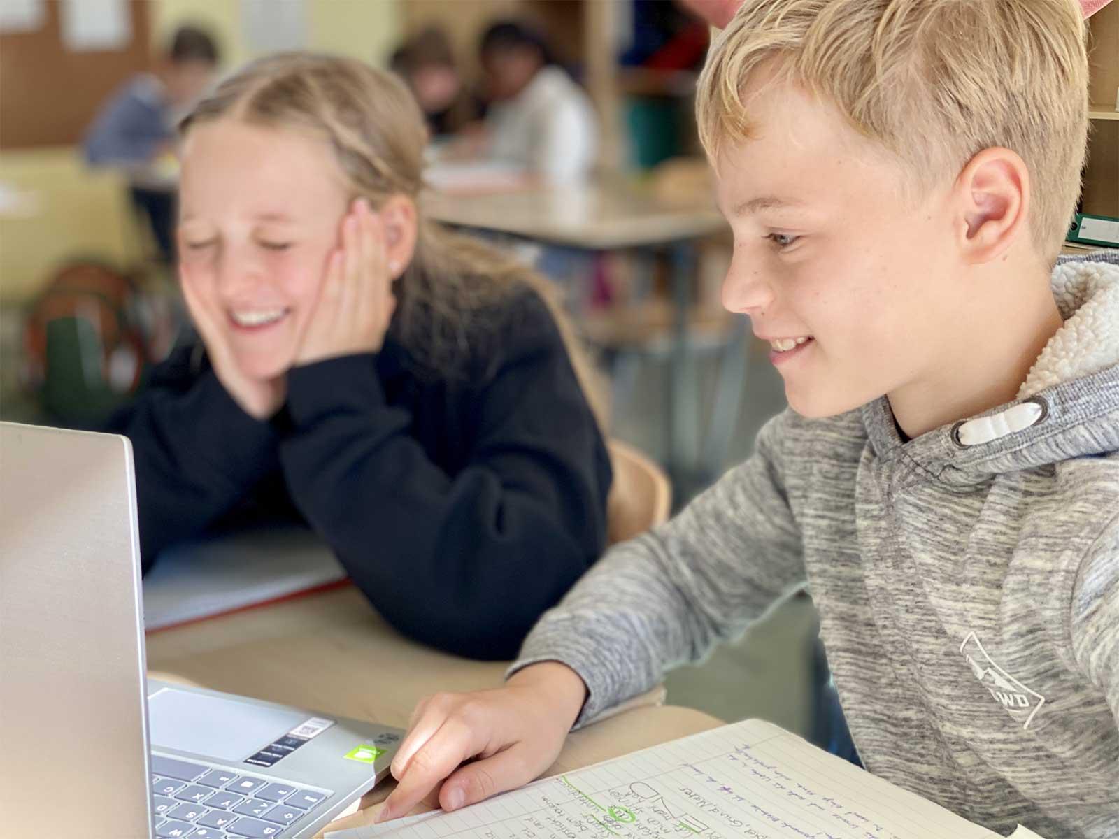 Schüler*innen am Computer