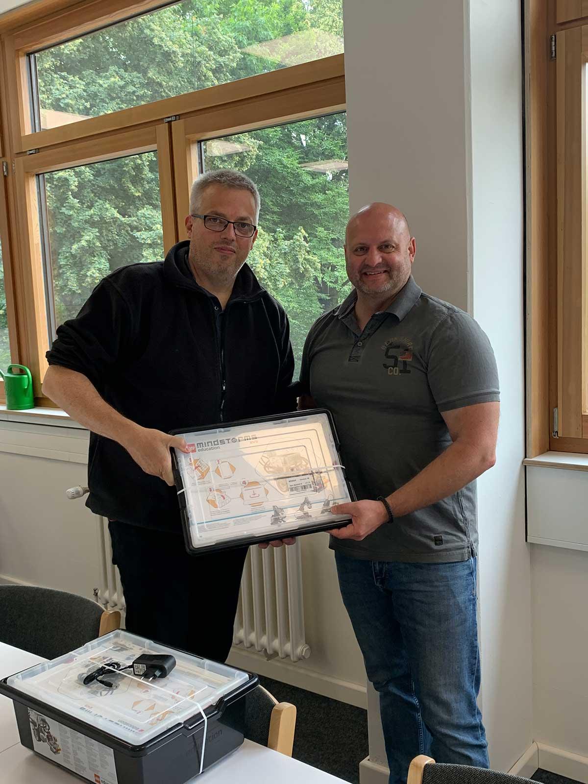 Durch die erfolgreiche Teilnahme von Rebekka Behrmann an Jugend Forscht wurde der Wilhelm Focke Oberschule der diesjährigen Schulpreis überreicht.